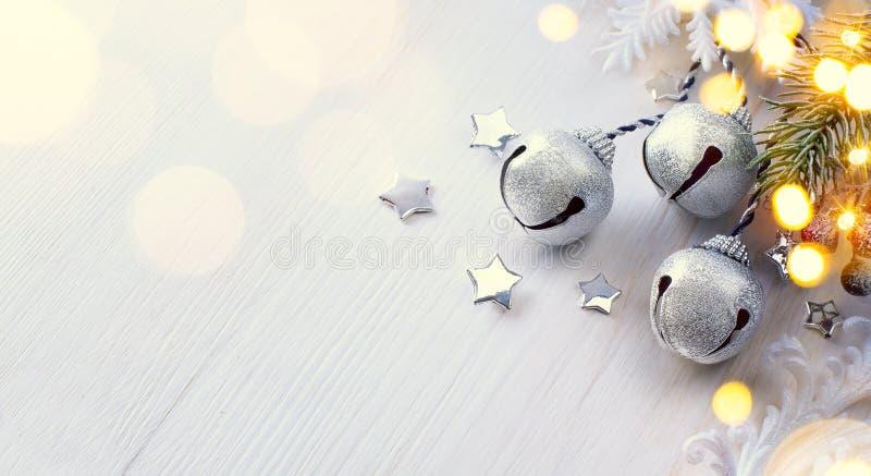 Свет рождественской елки; Предпосылка зимы с ветвью ели Frost стоковые фотографии rf