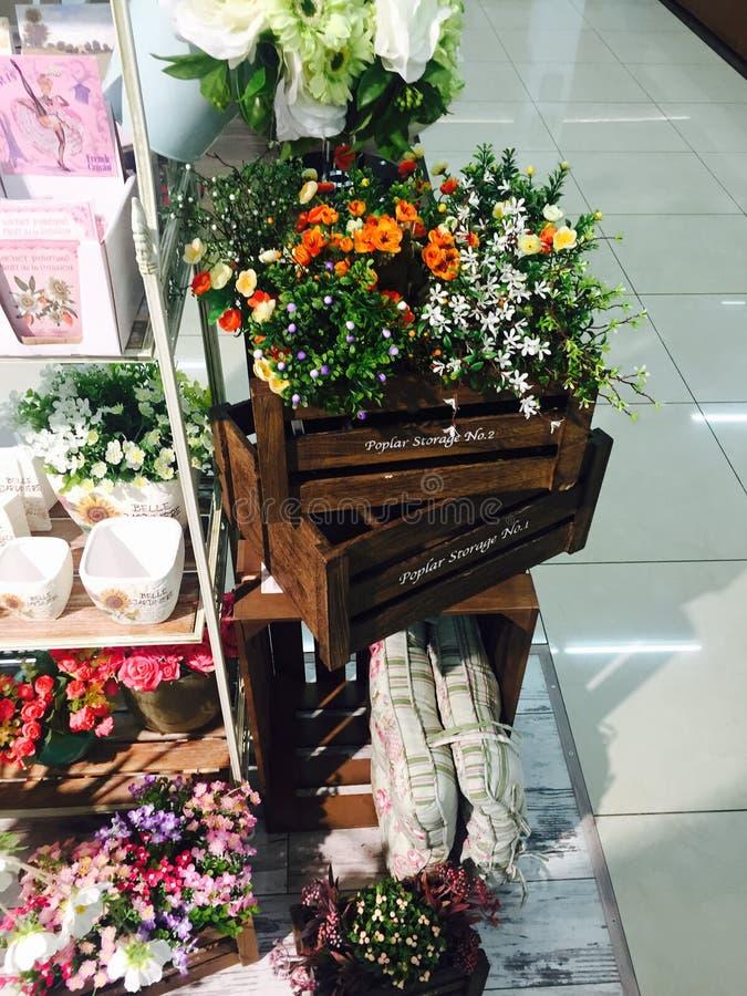 свет сада внутренних цветков деревянный стоковое изображение rf