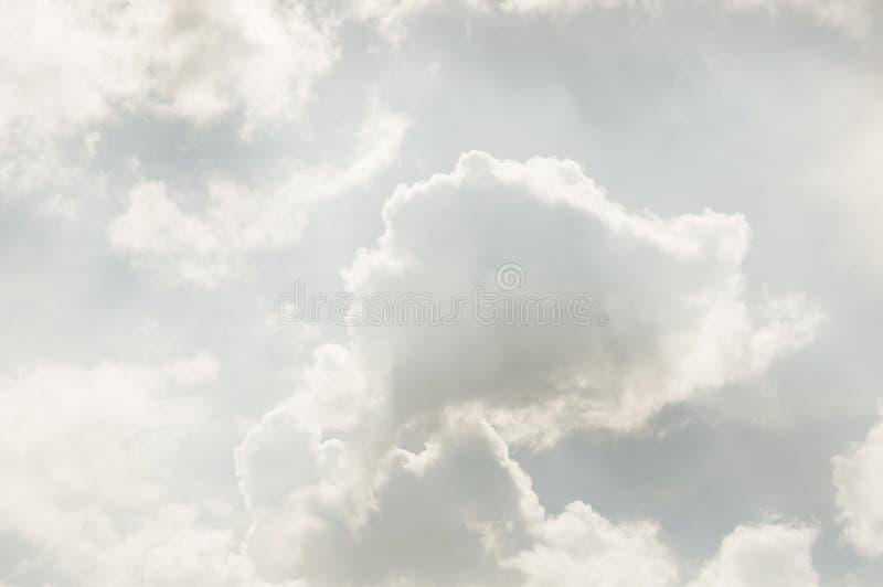 Свет - серое небо с много заволакивает Предпосылка рая красивейший вечер стоковое фото