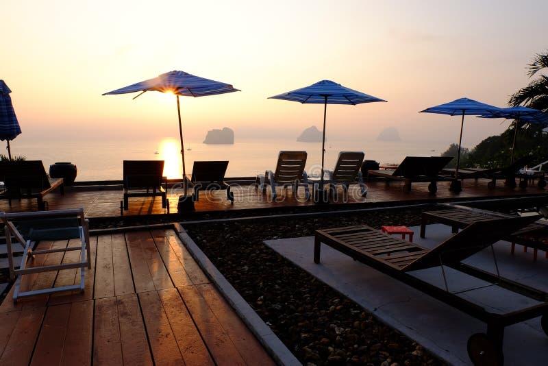 Свет солнца захода солнца земли Таиланда пляжа моря стоковая фотография