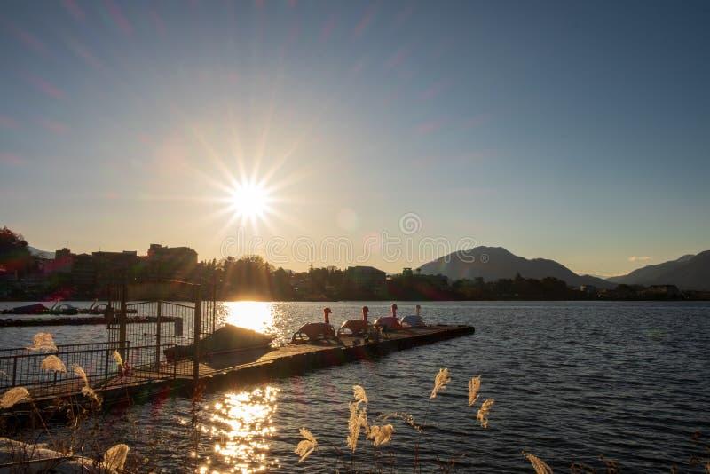 свет Солнца которое отражает на озерах и гавани имеют шлюпку педали, живя в часах досуга стоковая фотография