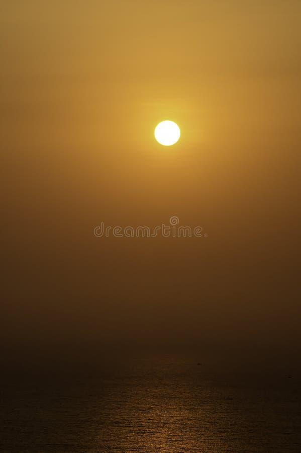 Свет солнца утра отражает море и рыбацкие лодки стоковое изображение
