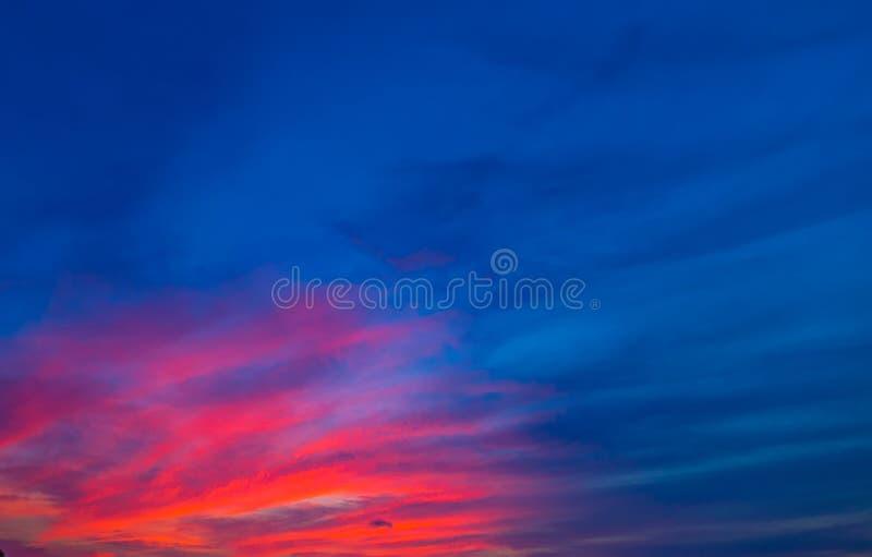 Свет солнца bokeh северного сияния красочный на предпосылке конспекта облака неба захода солнца стоковое изображение