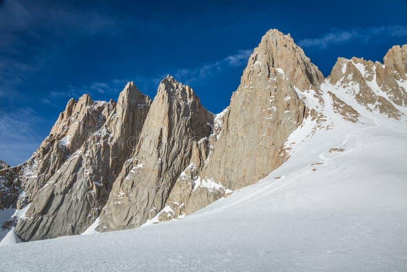 Свет утра на маршруте альпиниста до саммита Горы Уитни Backcountry катаясь  стоковые изображения rf