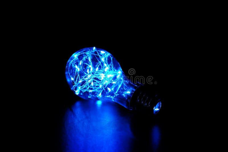 Свет феи в электрической лампочке сформировал опарник, изолированный на черной предпосылке стоковые изображения