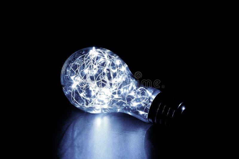 Свет феи в электрической лампочке сформировал стеклянный опарник, изолированный на черной предпосылке стоковые изображения