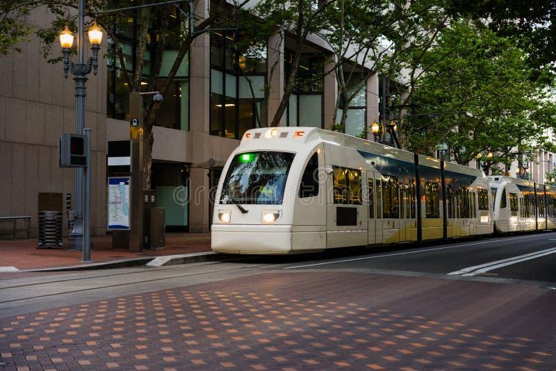 Светлые автомобили улицы рельса стоковое изображение
