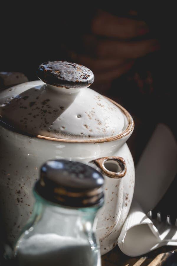 Светлый бак чая агашка в mutted свете солнца от яркого окна стоковая фотография rf