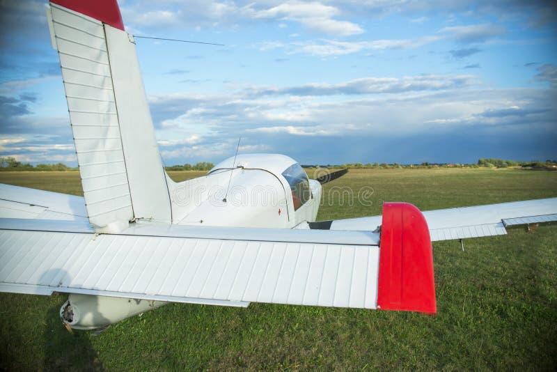 Светлый самолет на авиапорте стоковые изображения