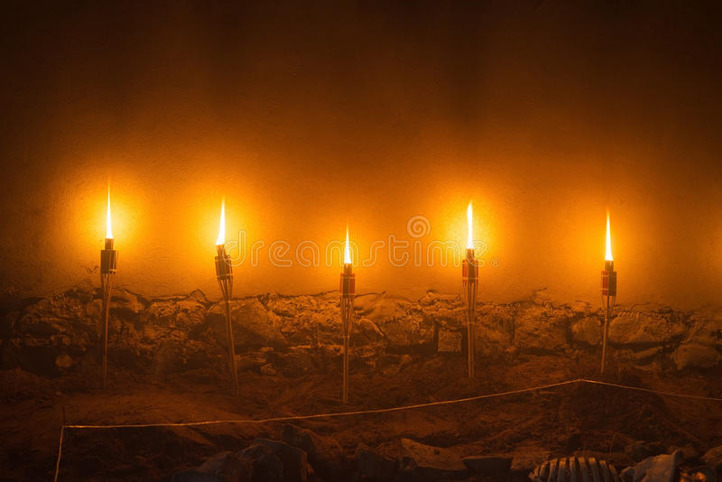 5 светлых факелов огня, иллюстрация каменной стены старой средневековой ночи замка стоковые фото