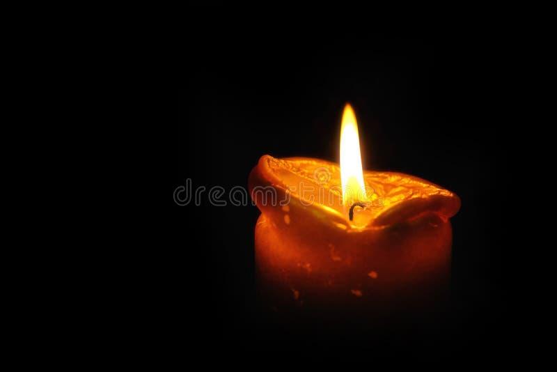 Свеча, горящий огонь, изолированная предпосылка стоковая фотография