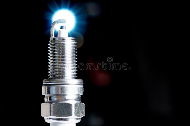 Свеча зажигания для двигателя внутреннего сгорания на черной предпосылке стоковое фото