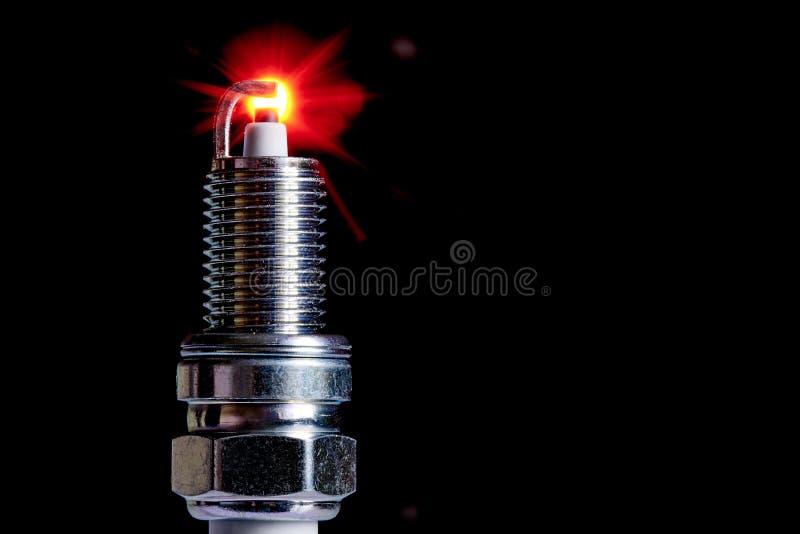 Свеча зажигания для двигателя внутреннего сгорания на черной предпосылке стоковые фото