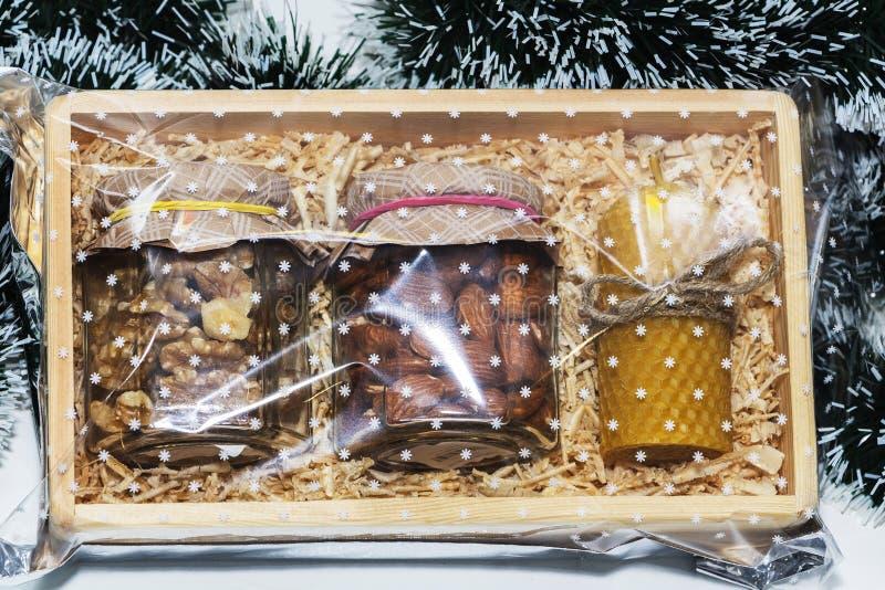 Свеча из натурального воска и различных орехов в деревянной коробке, подарок стоковые фотографии rf