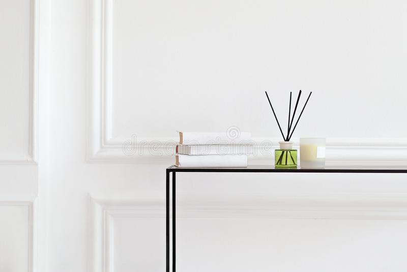 Свеча и ароматический фресенер на столе в спа-салоне ароматная жидкость в стеклянной бутылке с палками-камышами аромат Диффузер В стоковые изображения