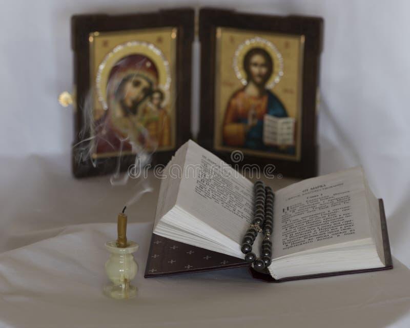Свеча и Евангелие стоковые фото