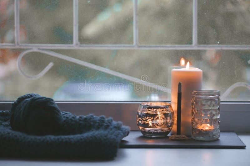 Свеча и ручка ароматности на windowsill Концепция ослабляет, спокойный, мирный, отключает, сбалансированный время, держит kalm и  стоковые фото