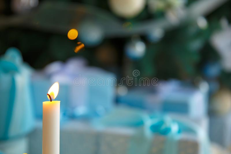Свеча и света рождества Свеча пророчества Украшение на предпосылке bokeh стоковое изображение rf