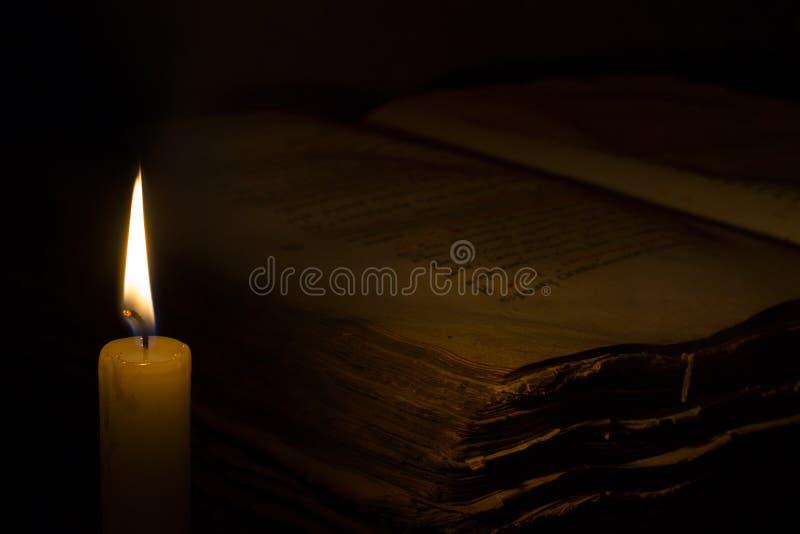 Свеча и старая книга иллюстрация вектора