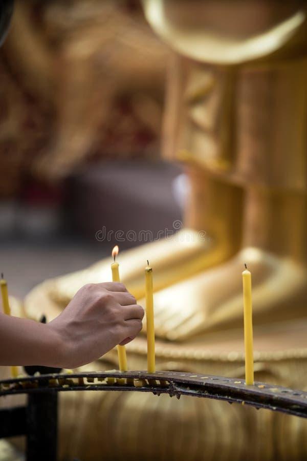 Свеча светов женщины на виске Doi Suthep стоковая фотография rf
