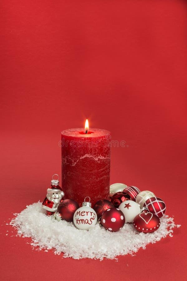 Свеча с безделушками рождества стоковое изображение rf
