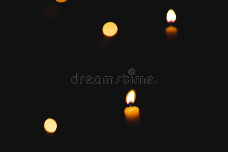 Свеча с пламенами bokeh стоковые изображения