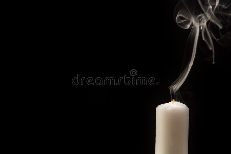 Свеча с потушенным пламенем перед черной предпосылкой стоковая фотография