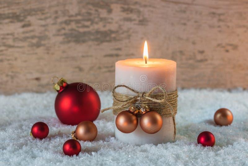 Свеча с украшением безделушек рождества на снеге стоковые фотографии rf