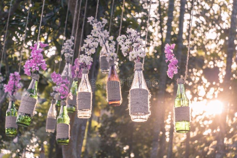 Свеча с цветками на таблице стоковые изображения