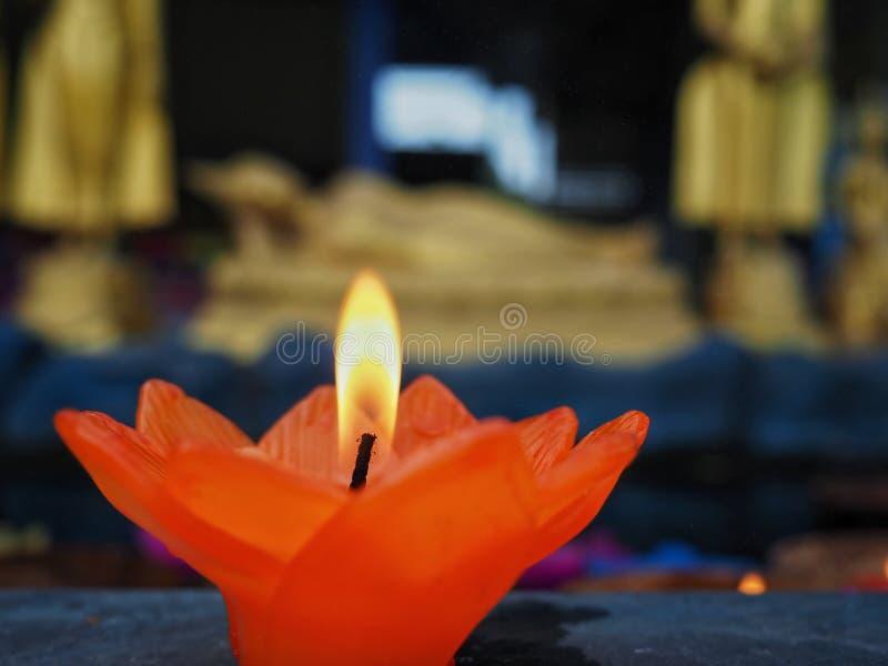 Свеча цветка лотоса со светом для молит к Будде Во первых осветите свечу, во-вторых помолите, и в-третьих положить цветок свечи в стоковые изображения rf