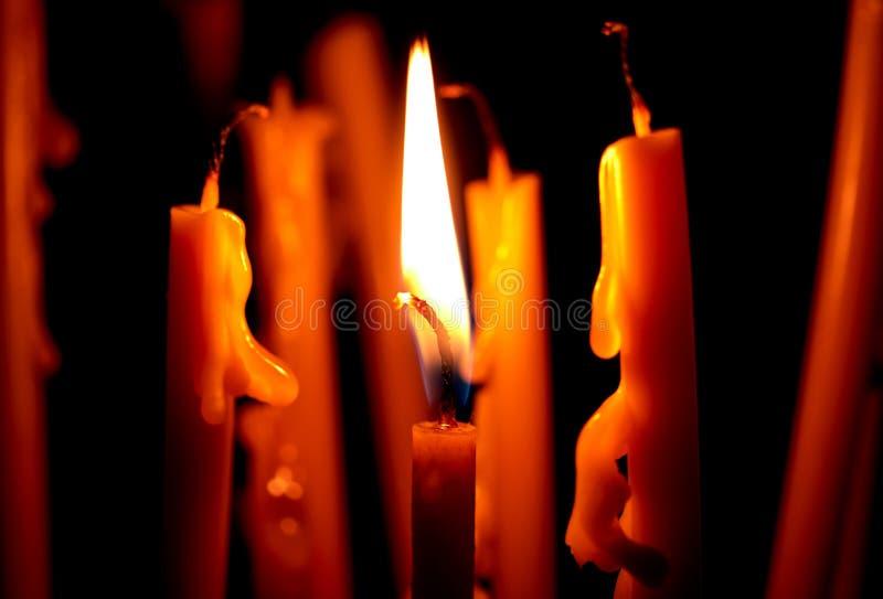 свеча церков горя в темноте создает духовную атмосферу стоковая фотография rf