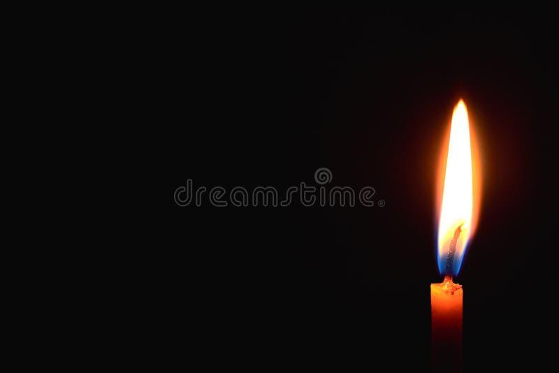свеча церков горя в темноте создает духовную атмосферу стоковое изображение