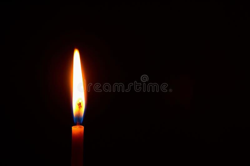 свеча церков горя в темноте создает духовную атмосферу стоковые фотографии rf
