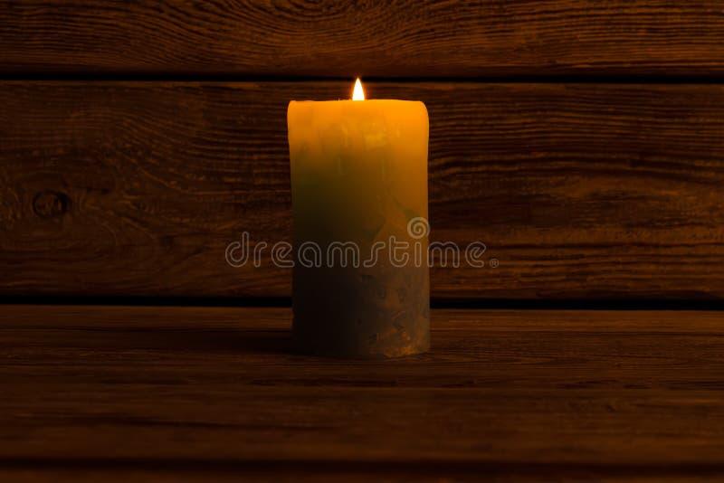 Свеча Lit в темной комнате стоковое фото rf