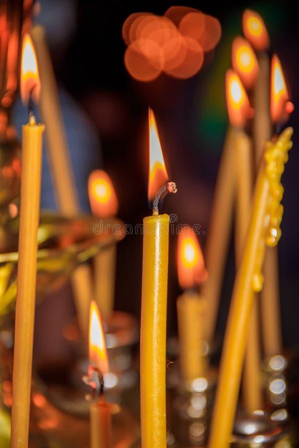 Свечи в виске Вероисповедание и ортодоксальность в висках Ожог свечей воска стоковая фотография