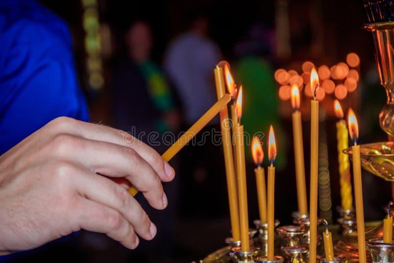 Свечи в виске Вероисповедание и ортодоксальность в висках Ожог свечей воска стоковое фото