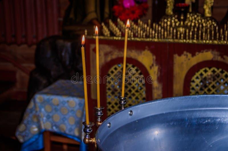 Свечи в виске Вероисповедание и ортодоксальность в висках Ожог свечей воска стоковое фото rf