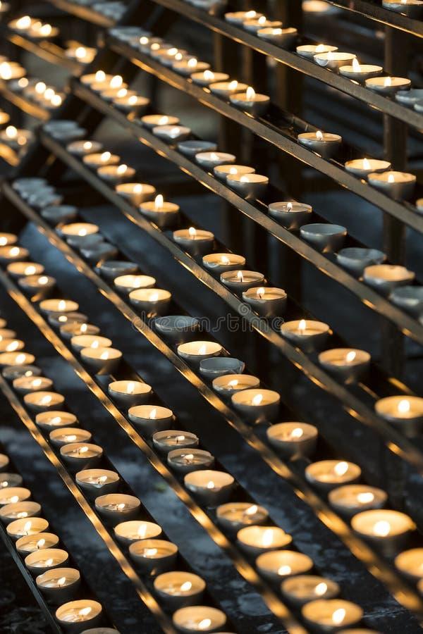 Свечи в ожоге церков стоковая фотография rf