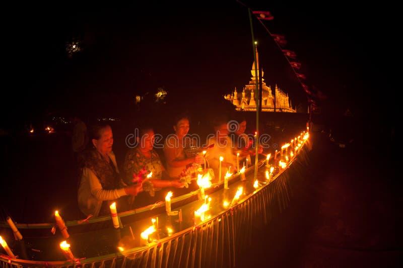 Свечи в шлюпке во время фестиваля Loykratong в Лаосе. стоковое фото rf