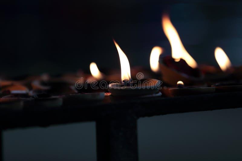 Свечи горя в пещерах Batu стоковое фото