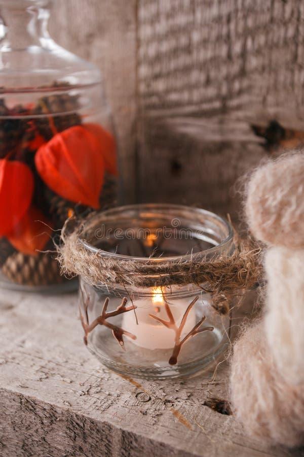 Свечи для холода Уютные вечер осени падения зимы или концепция торжества зимних отдыхов, monochrome деревенская нордическая конце стоковые изображения rf