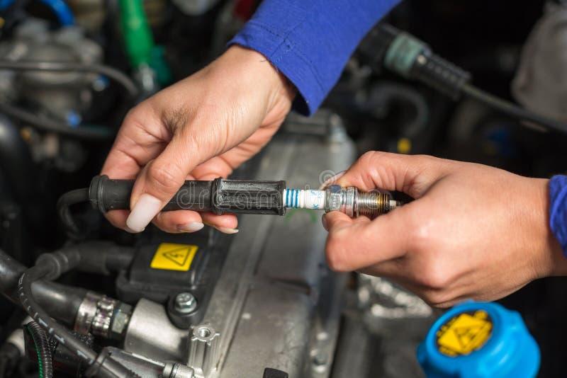 Свечи зажигания техника автомобиля mechatronic стоковое изображение rf