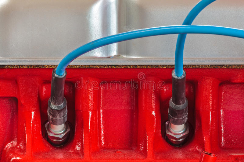 2 свечи зажигания на новом двигателе автомобиля стоковое фото
