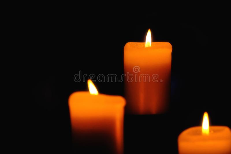 Свечи, изолированные на черной предпосылке стоковые фото