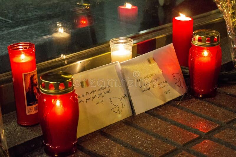 Свечи и конверты с сообщениями мира о терактах Брюсселя на посольстве Бельгии в Мадриде, Испании стоковые изображения