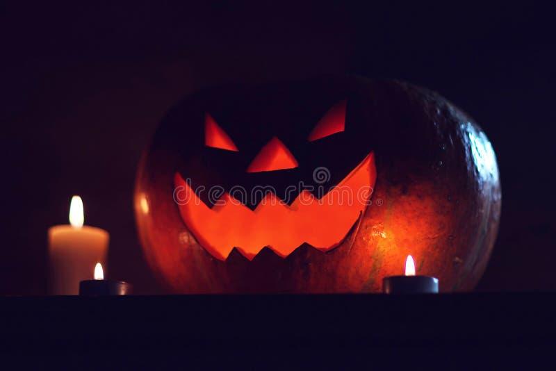 Свечи и тыква для Хэллоуина на темном фоне стоковая фотография