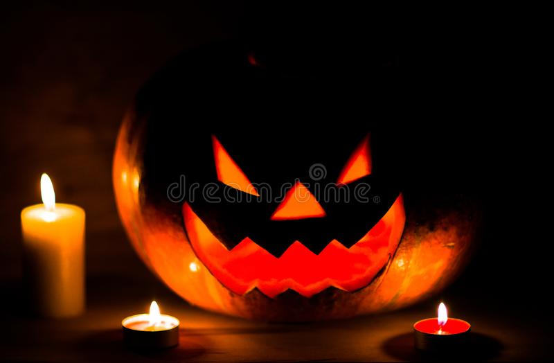 Свечи и тыква на хеллоуин в тесной комнате стоковое фото