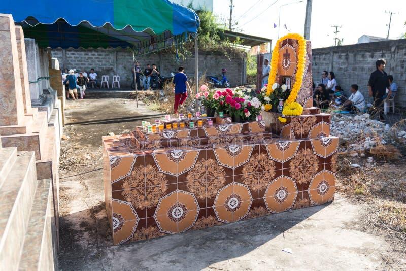 Свечи и цветки над могилой в ежегодном благословении могил на провинции Ratchaburi, Таиланде стоковая фотография