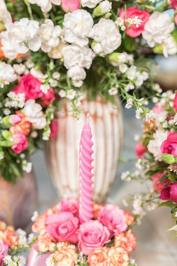 Свечи и beautilful цветки - Селективный фокус стоковое изображение rf