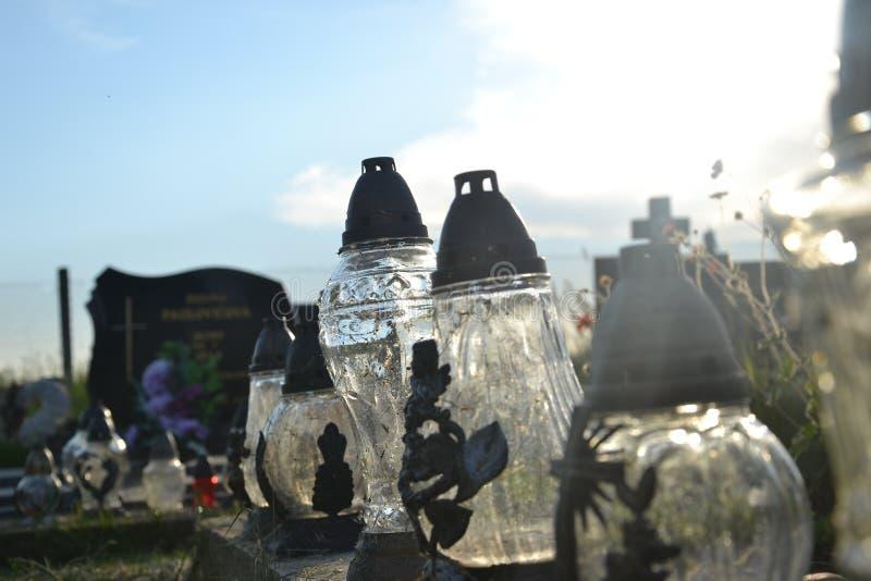 Свечи на могиле в кладбище/погосте Весь день Святых/все освящают/1-ое ноября стоковые изображения rf